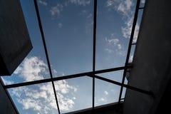 Le siluette del fascio di tetto cercano nel cielo blu Fotografie Stock