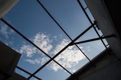 Le siluette del fascio di tetto cercano nel cielo blu Fotografia Stock Libera da Diritti