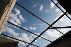Le siluette del fascio di tetto cercano nel cielo blu Fotografie Stock Libere da Diritti