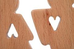 Le siluette dell'uomo, della donna e del cuore hanno tagliato dentro le forme su un fondo bianco Coppie felici nell'amore Il masc Fotografie Stock