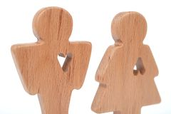 Le siluette dell'uomo, della donna e del cuore hanno tagliato dentro le forme su un fondo bianco Coppie felici nell'amore Il masc Immagini Stock