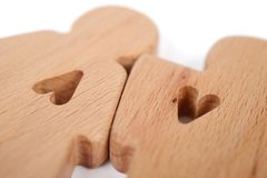 Le siluette dell'uomo, della donna e del cuore hanno tagliato dentro le forme su un fondo bianco Coppie felici nell'amore Il masc Fotografia Stock Libera da Diritti