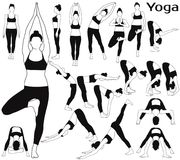 Le siluette della donna che allungano il suo corpo nell'yoga posa Fotografia Stock Libera da Diritti