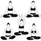 Le siluette della donna che si siedono nell'yoga di meditazione posano Fotografia Stock
