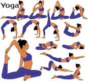 Le siluette della donna con nel costume che fa l'yoga si esercita fotografia stock libera da diritti