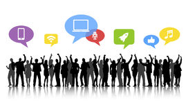 Le siluette della gente di affari arma i media alzati e sociali concentrati Immagine Stock
