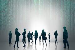 Le siluette della gente di affari sono comparso con il codice della matrice Fotografia Stock