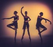 Le siluette di giovani ballerini di balletto che posano sopra Fotografia Stock Libera da Diritti