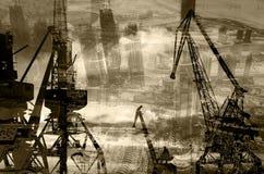Le siluette di notte di carico cranes nel porto marittimo contro il contesto di doppio exposur dei grattacieli moderni Immagini Stock Libere da Diritti