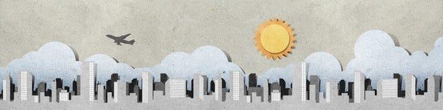 Le siluette di panorama della città hanno riciclato il mestiere di carta. Immagine Stock