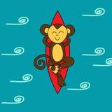 Le singe brun drôle surfe dans l'océan Photo stock