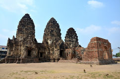 Le singe marchant à antique et les ruines construisant Phra esquintent Sam Yod Photo stock