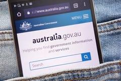 Le site Web australien de gouvernement montré sur le smartphone caché dans des jeans empochent image stock