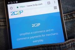 le site Web 2c2p montré sur le smartphone caché dans des jeans empochent images stock