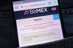 Le site Web d'échange de cryptocurrency de Bitmex montré sur le smartphone caché dans des jeans empochent photo stock