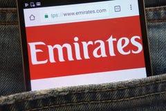 Le site Web d'émirats montré sur le smartphone caché dans des jeans empochent photographie stock
