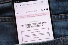 Le site Web d'American Eagle montré sur le smartphone caché dans des jeans empochent photo libre de droits