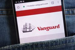 Le site Web d'avant-garde montré sur le smartphone caché dans des jeans empochent photos libres de droits