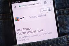 Le site Web d'AVG montré sur le smartphone caché dans des jeans empochent images libres de droits