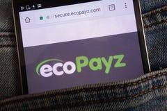 Le site Web d'EcoPayz montré sur le smartphone caché dans des jeans empochent photographie stock libre de droits