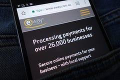 Le site Web d'EWAY montré sur le smartphone caché dans des jeans empochent image stock