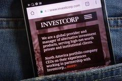 Le site Web d'Investcorp montré sur le smartphone caché dans des jeans empochent photo libre de droits