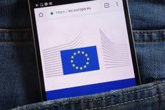 Le site Web de Commission européenne montré sur le smartphone caché dans des jeans empochent photos stock