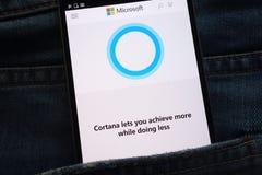 Le site Web de Cortana montré sur le smartphone caché dans des jeans empochent photographie stock