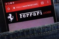 Le site Web de Ferrari montré sur le smartphone caché dans des jeans empochent image libre de droits