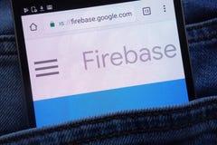 Le site Web de Firebase de Google montré sur le smartphone caché dans des jeans empochent photo libre de droits
