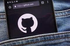 Le site Web de GitHub montré sur le smartphone caché dans des jeans empochent photo libre de droits
