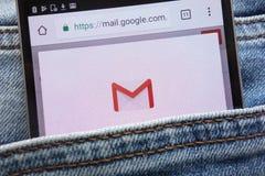 Le site Web de Google Mail GMail montré sur le smartphone caché dans des jeans empochent photos stock