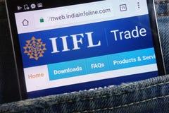 Le site Web de groupe de l'Inde Infoline montré sur le smartphone caché dans des jeans empochent photos libres de droits