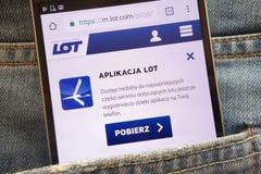 Le site Web de LOT Polish Airlines de SORT de Polskie Linie Lotnicze montré sur le smartphone caché dans des jeans empochent photographie stock libre de droits