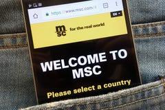 Le site Web de MSC Mediterranean Shipping Company montré sur le smartphone caché dans des jeans empochent images libres de droits