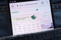 Le site Web de Naver montré sur le smartphone caché dans des jeans empochent photographie stock libre de droits