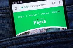 Le site Web de Payza montré sur le smartphone caché dans des jeans empochent photos stock
