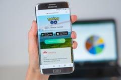 Le site Web de Pokemon deviennent disponibles sur l'écran de téléphone images stock