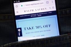 Le site Web de Ralph Lauren montré sur le smartphone caché dans des jeans empochent photographie stock