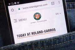 Le site Web de Roland Garros montré sur le smartphone caché dans des jeans empochent photo stock