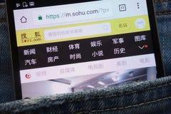 Le site Web de SOHU montré sur le smartphone caché dans des jeans empochent photos libres de droits