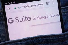 Le site Web de suite de Google G montré sur le smartphone caché dans des jeans empochent image libre de droits