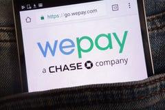 Le site Web de Wepay montré sur le smartphone caché dans des jeans empochent image stock