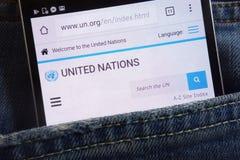 Le site Web des Nations Unies montré sur le smartphone caché dans des jeans empochent image stock