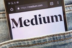 Le site Web moyen montré sur le smartphone caché dans des jeans empochent images libres de droits