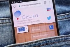 Le site Web pharmaceutique d'Otsuka l'Europe montré sur le smartphone caché dans des jeans empochent images libres de droits