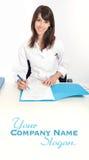 Le sjukvårdprofessionelln med mappen Royaltyfria Foton