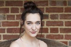 Le skönhetståenden av den unga kvinnan Royaltyfri Bild