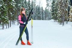 Le ski de fond de jeune femme se prépare à l'arrivée Photo stock