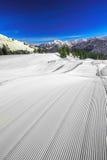 Le ski incline avec le modèle de velours côtelé sur le dessus du ski de Fellhorn Photographie stock